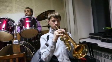 Rehearsing play on brass instruments — Stock Video