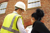 Geometra o generatore e proprietario di abitazione discutendo questioni di proprietà — Foto Stock