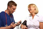 医生检查血压的一个成熟的女病人 — 图库照片