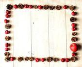 červené jablko a borovice kuželový — Stock fotografie
