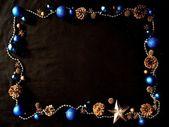 Blue christmas ornament auf schwarzem hintergrund — Stockfoto