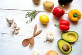 Legumes frescos em fundo branco de madeira — Foto Stock