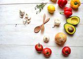 Färska grönsaker på vit trä bakgrund — Stockfoto