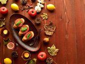 Bruschetta con hojas de otoño sobre fondo marrón madera — Foto de Stock
