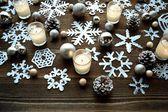 Flocos de neve, velas e enfeites de natal — Fotografia Stock