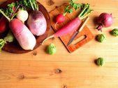 Légumes-racines printanier coloré avec planche à découper — Foto de Stock