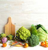 Květák, brokolice a prkénko — Stock fotografie