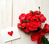 Red carnations bouquet with message card — Stock fotografie