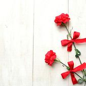 Red carnations with ribbon — 图库照片