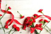 Red carnations bouquet with ribbon — 图库照片