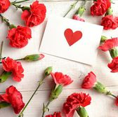 """""""Heart"""" message card on red carnations background — Stockfoto"""