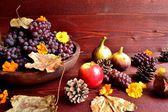 Herbst-Früchte mit Herbst Blätter — Stockfoto