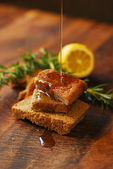 Rye bread on cutting board — Stockfoto