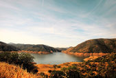 Beautiful blue lake in the mountains of California. — Stock Photo