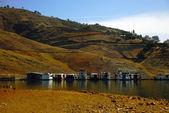 カリフォルニアの山の青い湖のボートします。. — ストック写真