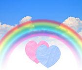 Kağıt kalpler gökkuşağı mavi yaz göğün — Stok fotoğraf