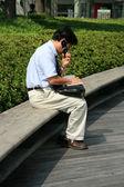 Człowiek na telefon - roppongi hills, tokio, japonia — Zdjęcie stockowe