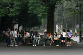 Okul çocukları okuyor - ueno park, tokyo, japonya — Stok fotoğraf