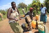 čerpání vody - uganda, afrika — Stock fotografie