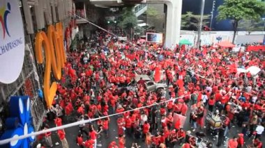 BANGKOK, THAILAND - NOVEMBER 19: At least 10,000 anti-government red-shirt protesters returned to Bangkok's streets to mark the 6 mth anniversary of a deadly military crackdown on 19th November 2010. — Стоковое видео