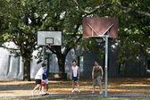Giocando a basket - carlton gardens, melbourne, australia — Foto Stock