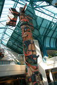 Totem Pole at Empress Hotel, Victoria, BC, Canada — Stock Photo