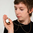 chica sosteniendo el viejo reloj de bolsillo antigua — Foto de Stock