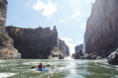 Extreme kayaker attempts Zambezi river — Stock Photo