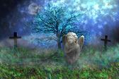 Kamień anioła ze skrzydłami, siedząc na trawie omszały w krajobraz fantasy — Zdjęcie stockowe