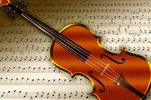 Escena con violín sobre fondo nota y papel — Foto de Stock