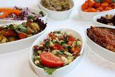 Närbild scen av olika typer av sallader på restaurang bord — Stockfoto