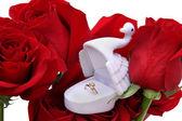 золотое кольцо в коробке лебедь на розы — Стоковое фото