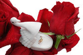 Gold ring in a box in the form of a swan on roses in dewdrops — Stock Photo