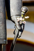 Statue with flowers — Stock Photo