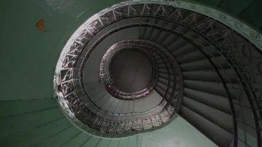 Spirale escalier hall point de vue purement de vers le bas — Vidéo