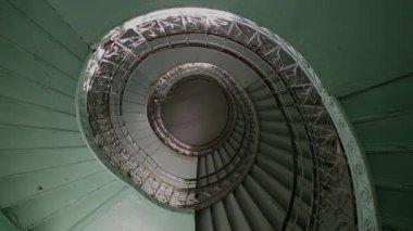 Eski spiral ve grunge eski merdiven, soyut bakış açısı — Stok video