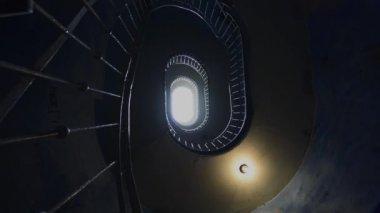 Escadas de grunge num antigo, escuro prédio abandonado — Vídeo Stock