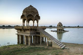 Stone tower in sacred Gadi Sagar lake in Jaisalmer — Stock Photo