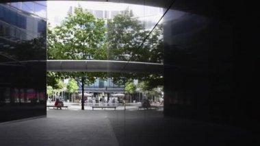 Moderne office-architectuur in het centrum van warschau, polen. — Stockvideo