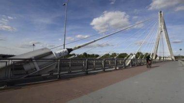 Varşova gün batımı sırasında vistula nehri üzerinde modern köprüsü — Stok video