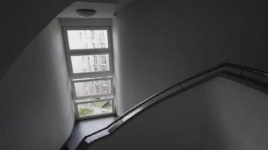 Moderne spiral staircase architektur interior design — Stockvideo