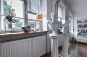 Antique sculpture in post modern interior — Foto de Stock