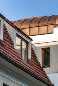 Träfönster på taket — Stockfoto