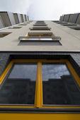 Sarı ahşap pencere — Stok fotoğraf