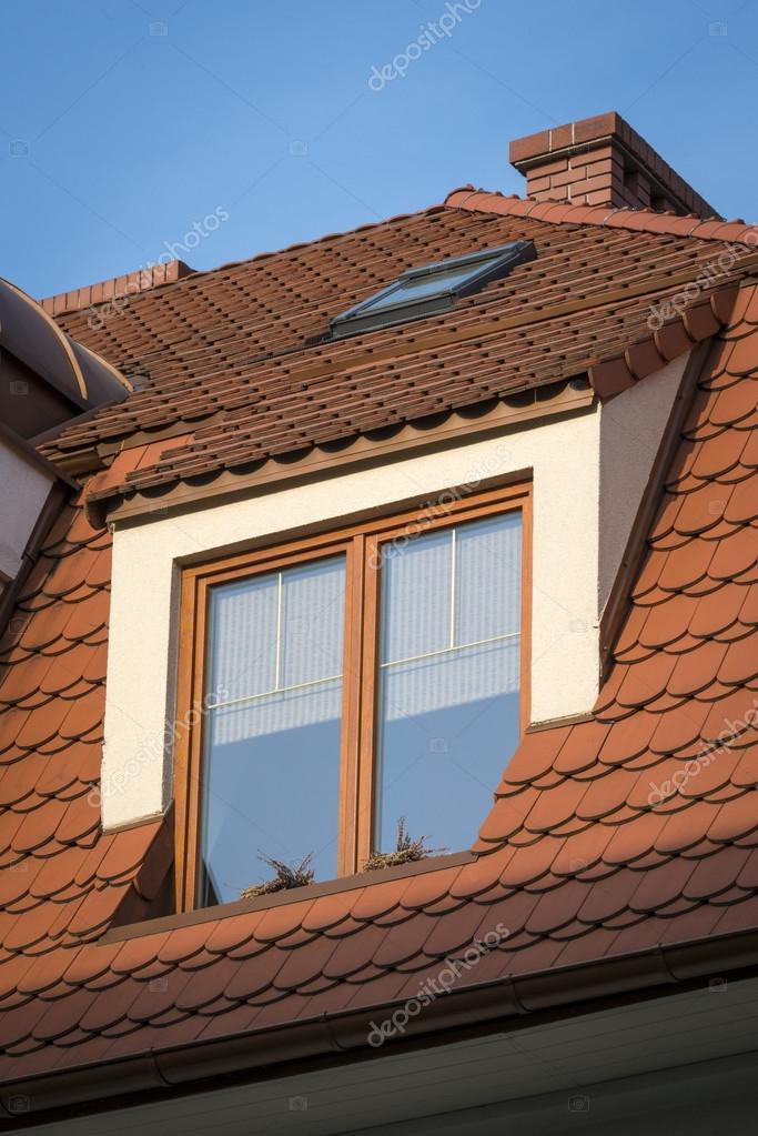 finestra in legno sul tetto foto stock jacek kadaj