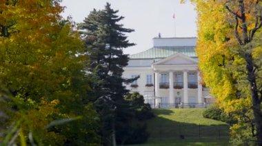 Belweder Palace in Lazienki Park, Warsaw, Poland. — Stock Video