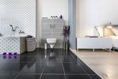 Modernes badezimmer und schlafzimmer-weitblick — Stockfoto