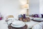 在现代的客厅里的餐桌旁安装 — 图库照片