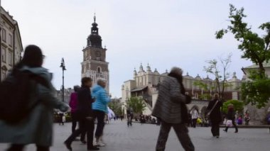 Horse drawn carriages with guides in front of the Sukiennice in Krakow, Poland — Video Stock
