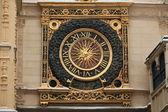 Famosos do século xiv relógio mantém tempo perfeito sobre um arco na antiga cidade de rouen, frança normandia — Foto Stock